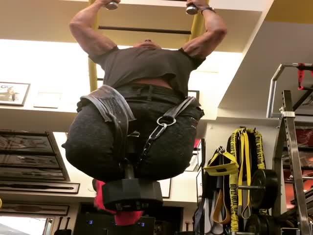 71-летний Сталлоне дает фору молодым, подтягиваясь с отягощением в 45 кг