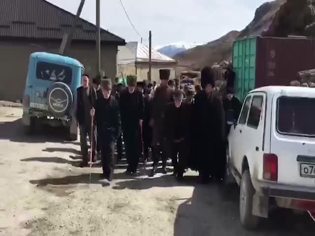 Старейшины одного из дагестанских селений идут на выборы