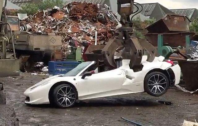 Британская полиция уничтожила конфискованный Ferrari (5 фото + видео)