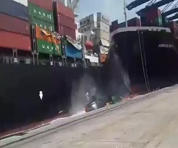 Столкновение двух контейнеровозов