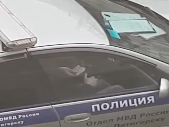 Момент передачи взятки попал на видео