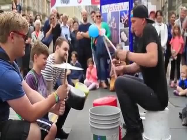 Барабанщик прекрасно справляется без барабанов
