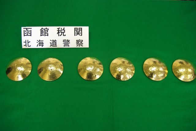 В Японии задержали контрабандисток в золотых бюстгальтерах (2 фото)