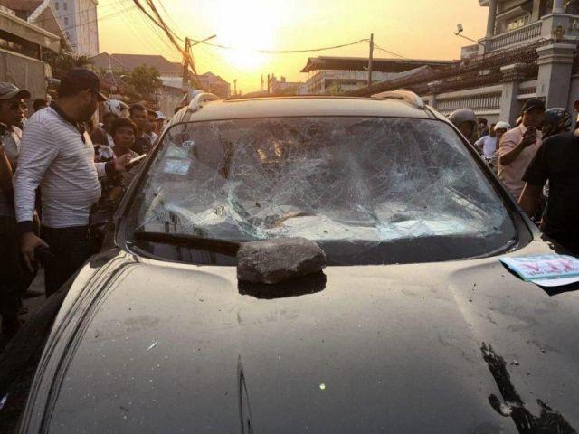 В Камбоджи толпа устроила самосуд над виновником ДТП (4 фото)