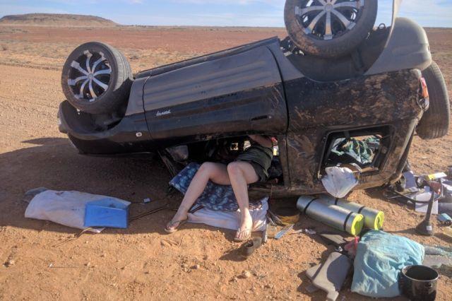 Британские туристы, попавшие в ДТП, едва не погибли в австралийской пустыне (2 фото)