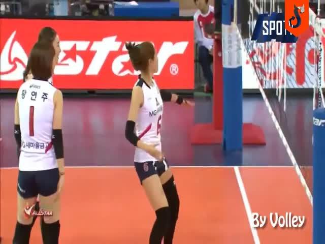 Корейская волейболистка порадовала зрителей и судей
