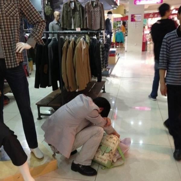 Мужчины на шопинге (29 фото)