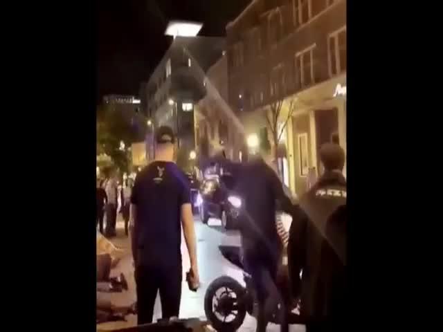 Мотоциклист нокаутировал двух прохожих