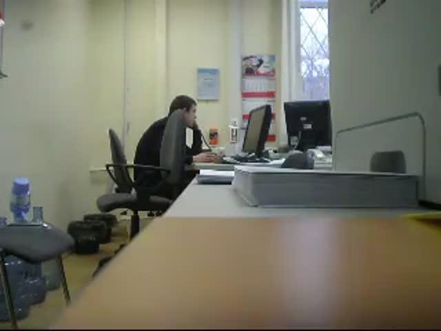 Сотрудник банка ВТБ общается с должником