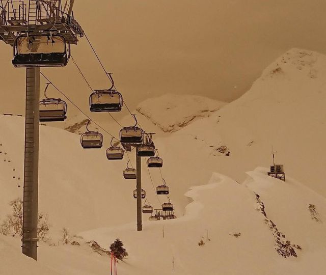 В Красной Поляне выпал песок со снегом (7 фото)