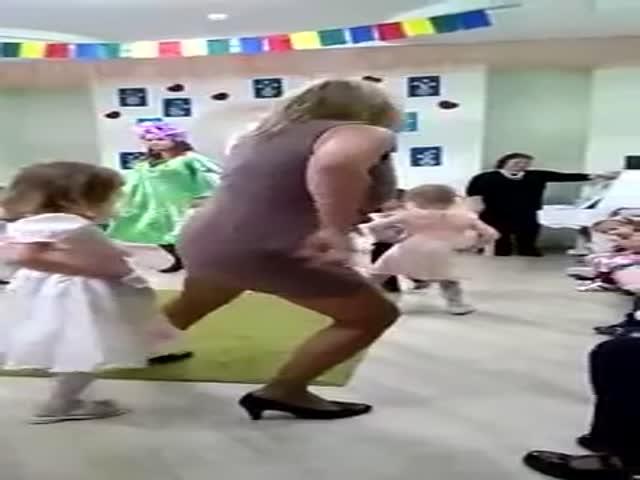 Зажигательный танец на детском утреннике