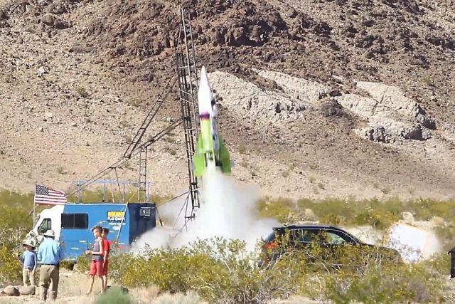 Американец, верящий в плоскую Землю, совершил полет на самодельной ракете (6 фото)