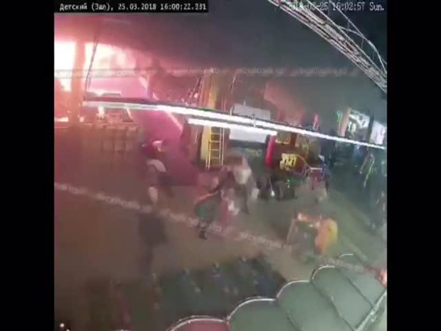 """Начало пожара в ТЦ """"Зимняя вишня"""" в Кемерово"""