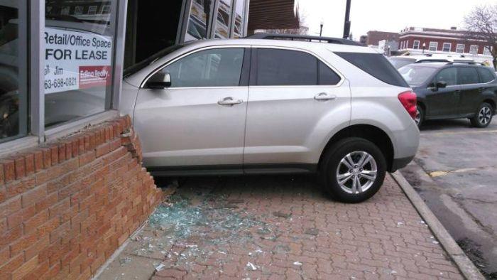Сдавая экзамен по вождению, девушка протаранила автошколу (2 фото)