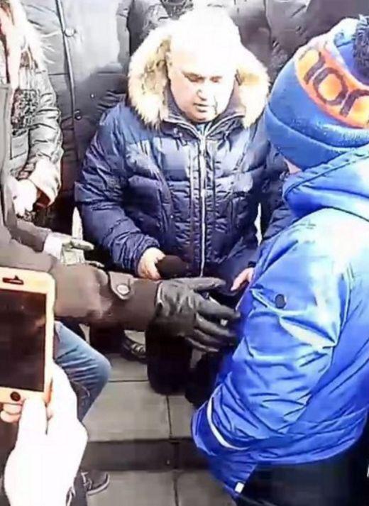 Вице-губернатор Кузбасса Сергей Цивилев встал на колени на митинге в Кемерово (2 фото + видео)