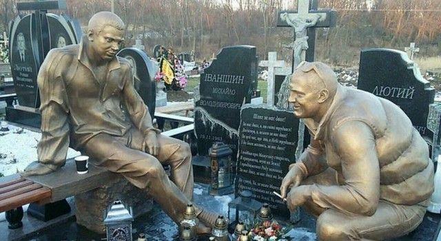 Необычный памятник на сельском кладбище (2 фото)