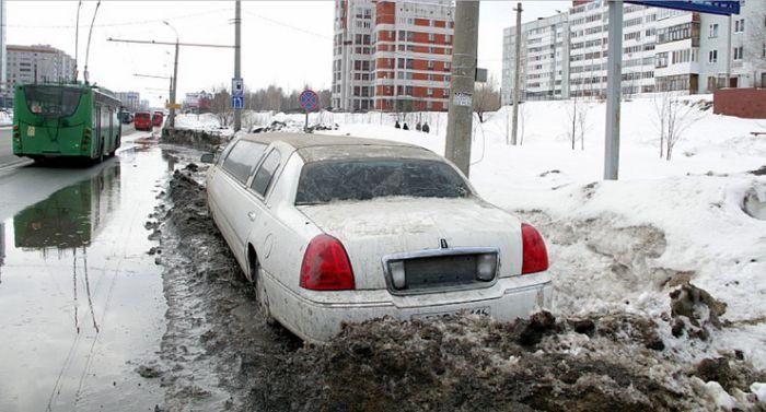 В Казани под растаявшим сугробом обнаружили лимузин (3 фото)