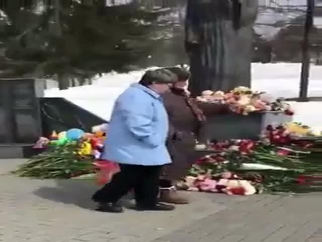В Южно-Сахалинске женщины забирали игрушки с мемориала жертвам в Кемерово
