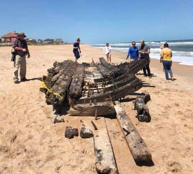 Во Флориде на берег выбросило обломки судна XVIII века (8 фото)