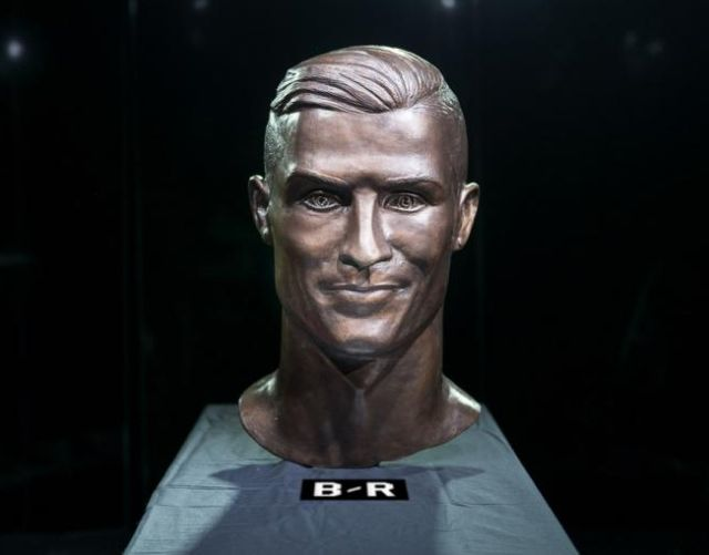 Автор скульптуры-мема Криштиану Роналду сделал второй бюст футболиста (3 фото)