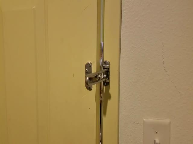 Как открыть запертую дверь с помощью подручных средств