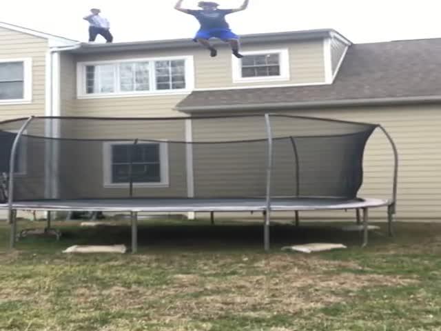 Неудачный прыжок на батут