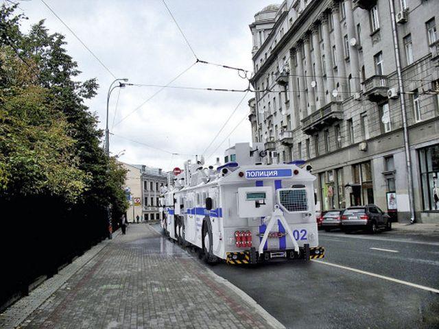 Первоапрельский бронированный полицейский автобус (7 фото)