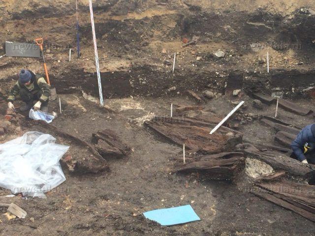 В Туле обнаружили 30 гробов с останками XVIII века (9 фото + видео)