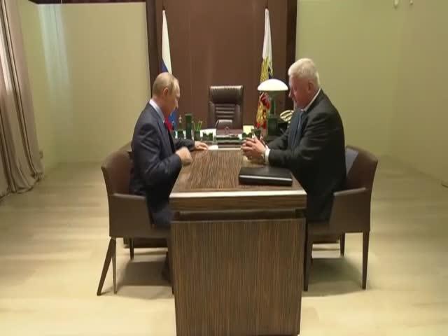 Под Путиным поломался стул, однако он этого не заметил