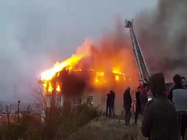 Пожар в пятиэтажном доме в Сочи