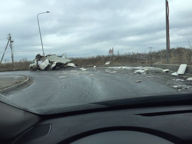 """Очередное ДТП с """"ГАЗелью"""" под мостом с надписью """"Газель не пройдет"""" (2 фото)"""