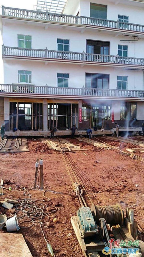 Китаец передвинул дом на 40 метров, чтобы избежать сноса (3 фото + видео)