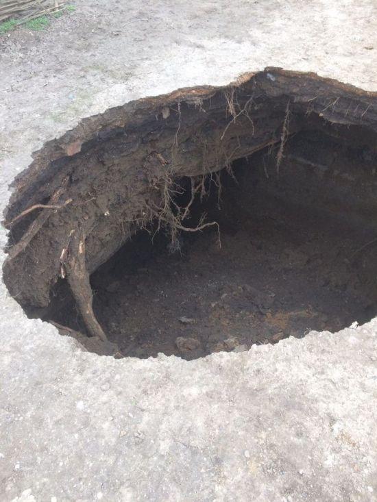 Провал грунта в детском саду Таганрога (2 фото)