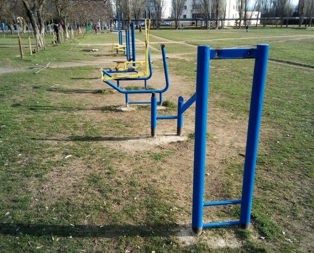 Дворовая спортивная площадка и дети (3 фото)