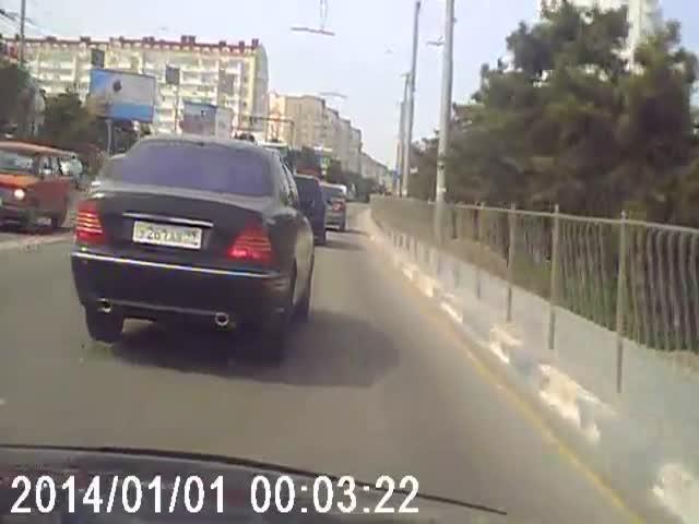 Водитель Mercedes-Benz проучил самого себя