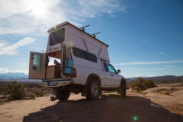 Пара превратила пикап Toyota Tacoma в машину для путешествий (14 фото)
