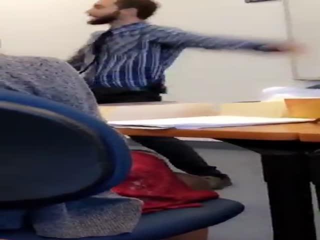 Опоздавший студент исполняет зажигательный танец перед аудиторией