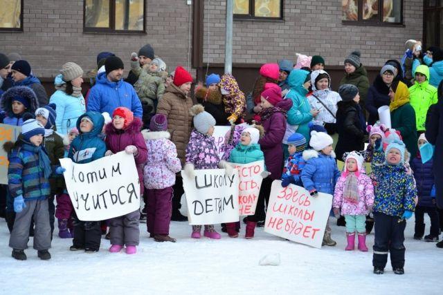 В Казани жители нового района построили картонную школу (4 фото)