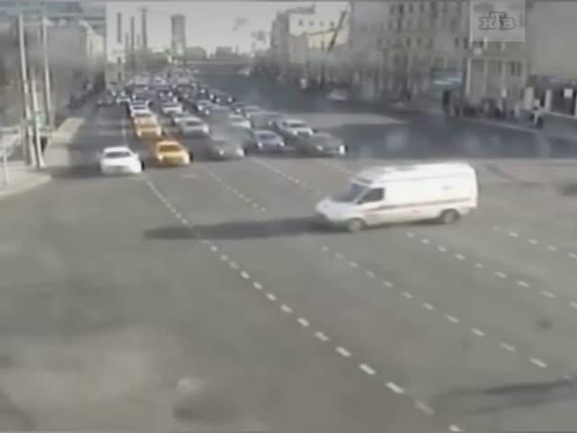 В Москве Mercedes протаранил скорую помощь