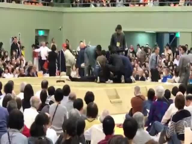 В Японии рефери по сумо не давал женщинам оказать помощь упавшему в обморок мэру