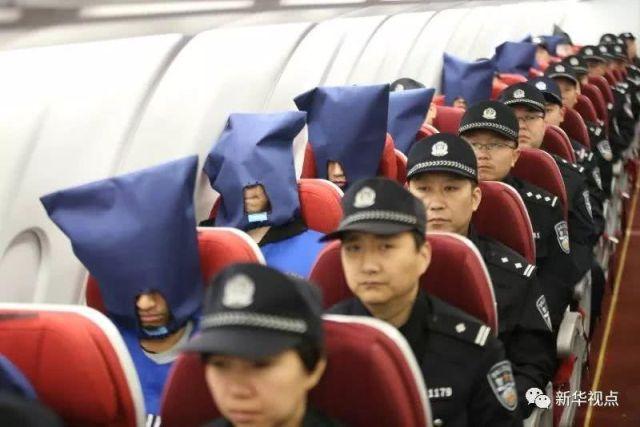 Перевозка подозреваемых в Китае (4 фото)