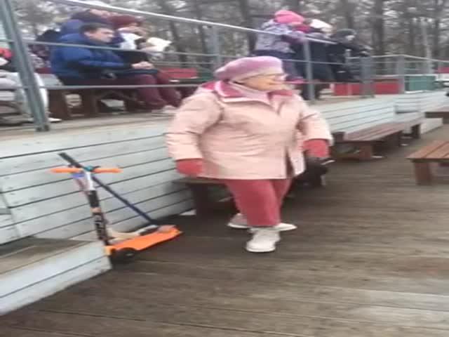 Бабушка исполнила зажигательный танец