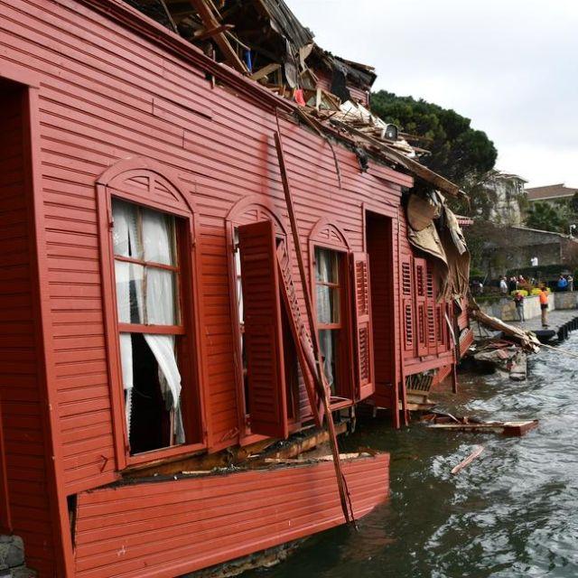 В проливе Босфор танкер врезался в особняк XVIII века (5 фото + 2 видео)