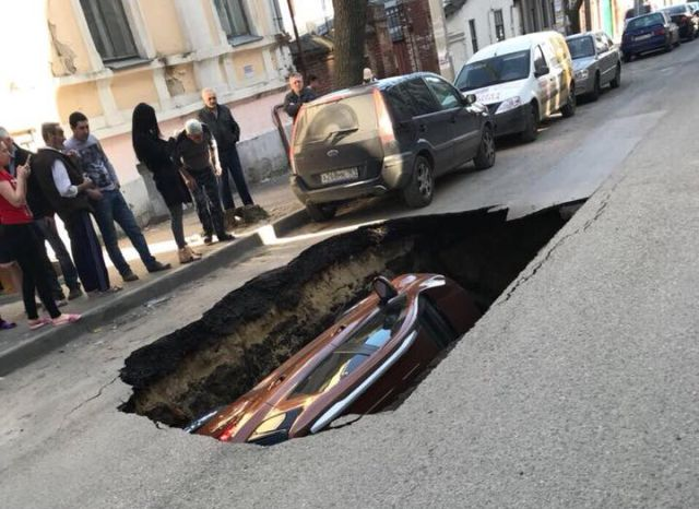 В Ростове-на-Дону автомобиль провалился под землю (3 фото + видео)