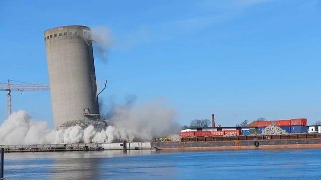 В Дании неудачно снесли старую силосную башню (2 фото + 2 видео)