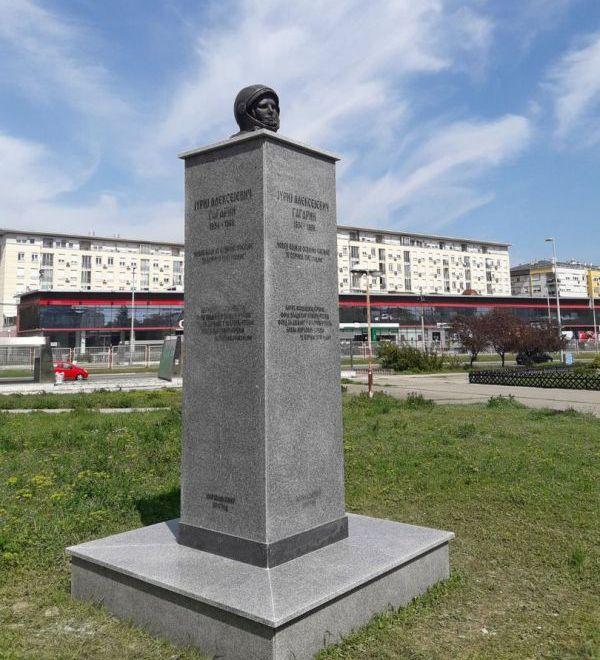 В Белграде установили странный памятник Юрию Гагарину (3 фото)