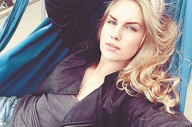 Чем занимается эта очаровательная блондинка? (4 фото)
