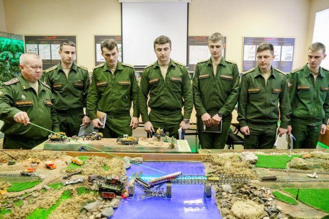 Военный институт Железнодорожных войск - место, где осуществляются мечты всех мальчишек (4 фото)