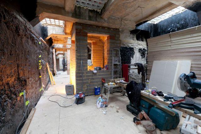 Заброшенный общественный туалет превратили в современную квартиру (14 фото)
