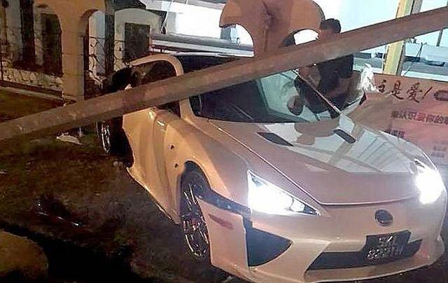 В Сингапуре разбили суперкар Lexus LFA стоимостью более 350 000 долларов (3 фото + видео)
